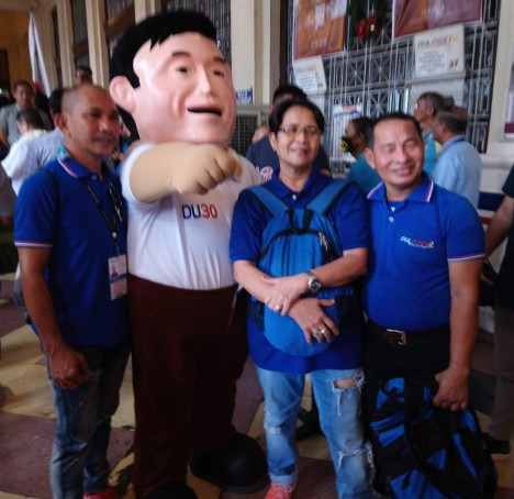 bong-go-mascot-with-phlpost-employees