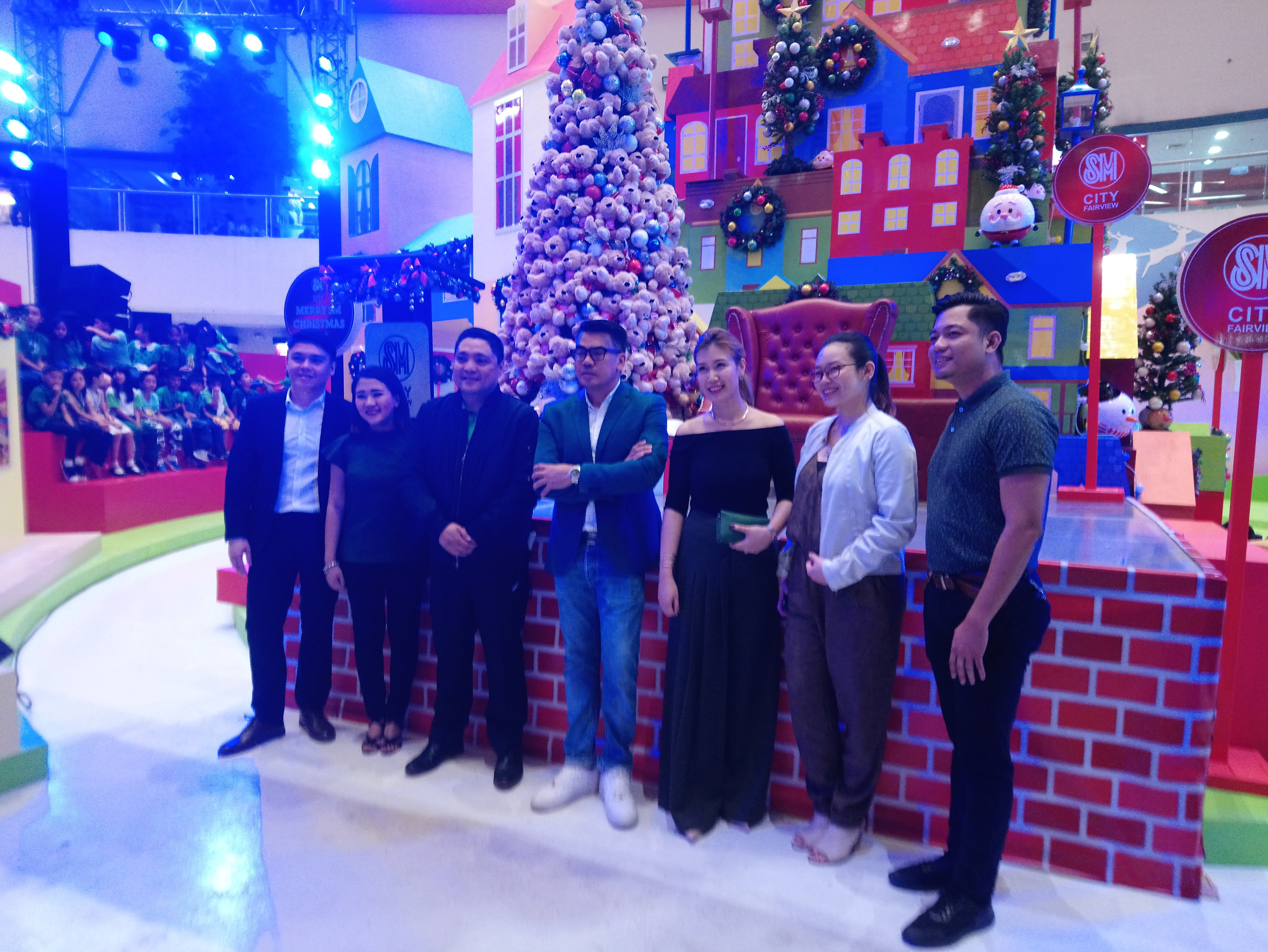 sm-hometown-holiday-group-photo