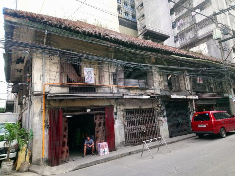lavezares-street-ancestral-house-with-tile-roof